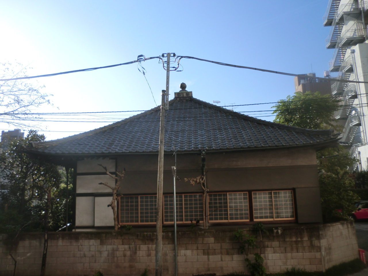 耐震工事の一環で重い瓦屋根を軽い板金屋根へと葺き替えました。