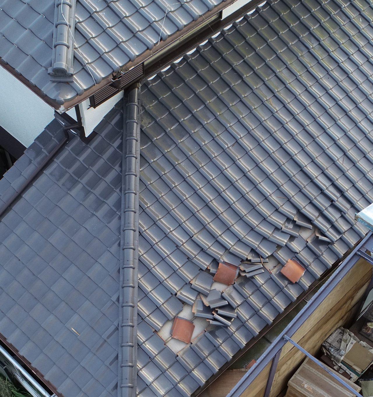 屋根の点検はドローン調査が安全です。